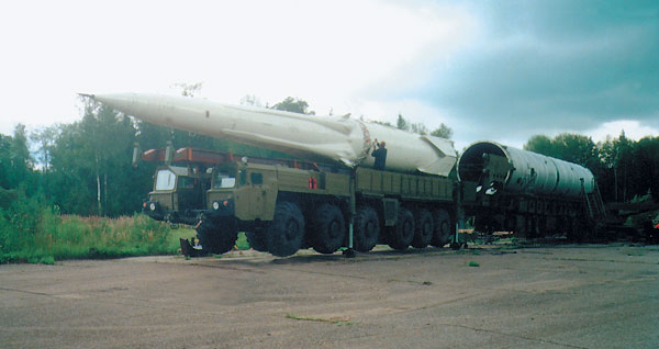 سلسلة انظمة الدفاع الجوى (موحد) PRO_syst_m_A-135_antiraketa_V-925__51T6__vkladanie_rakety_do__tartovacieho_kontajneru